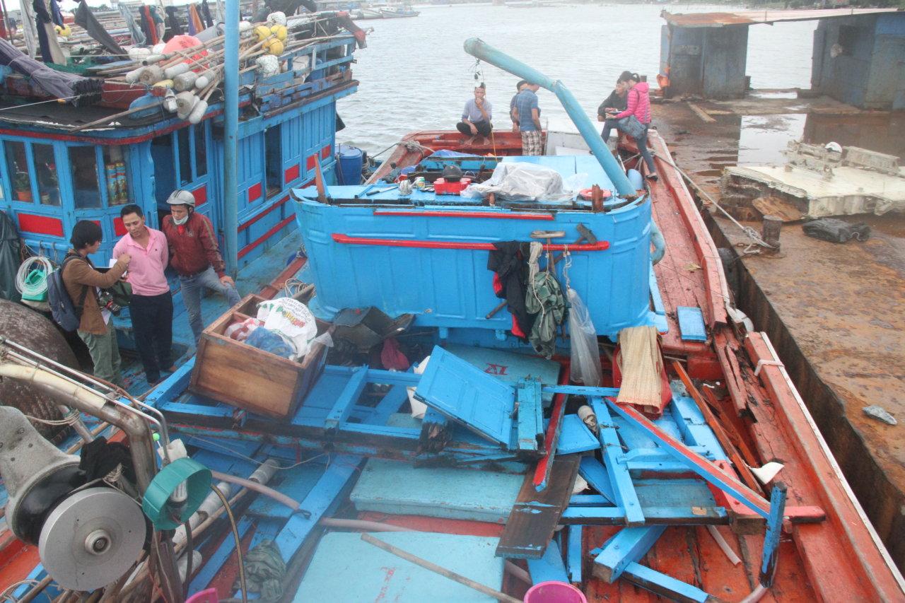Con tàu trị giá hơn 3 tỉ đồng của ngư dân Huỳnh Văn Thạch giờ chỉ còn là đống gỗ tàn sau khi bị tàu Trung Quốc đâm - Ảnh: Đoàn Cường