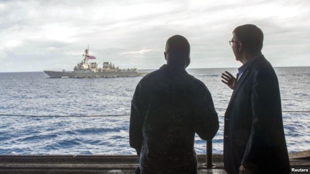 Bộ trưởng Quốc phòng Mỹ Ashton Carter (phải) thăm hàng không mẫu hạm USS Theodore Roosevelt ở Biển Đông. (Ảnh ngày 5/11/2015).