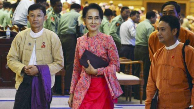 Lãnh tụ dân chủ Aung San Suu Kyi dẫn đầu các nhà lập pháp mới được bầu từ đảng Liên minh dân chủ Toàn quốc NLD của bà vào quốc hội nằm tại thủ đô Naypyitaw, ngày 1/2/2016.