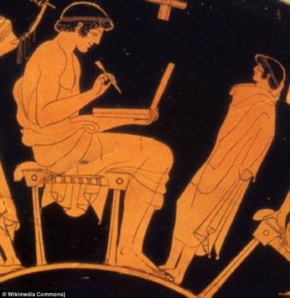StillSpeakingOut cũng cho rằng vật thể trong tác phẩm mỏng hơn nhiều so với một tấm bảng người Hy Lạp cổ thường dùng và người phụ nữ cũng không hề cầm trên tay loại bút thời đó.