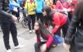 Nữ sinh khối 10 trường THPT Bùi Thị Xuân bị đánh ngã xuống nền đất (ảnh: Lê Công Doanh).- danviet