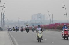 Sáng sớm, Sài Gòn chìm trong sương mù, người dân đi chơi tết với áo ấm. Ảnh danviet