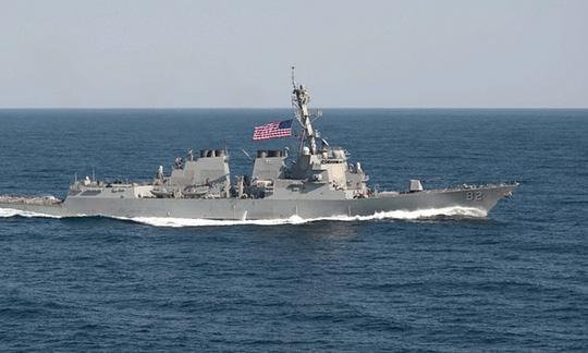 Tàu khu trục tên lửa dẫn đường USS Lassen tuần tra trong phạm vi 12 hải lý quanh đá Xu Bi tháng 10-2015. Ảnh: EPA
