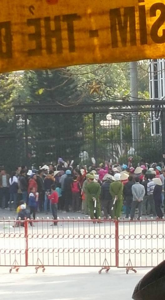 Người dân tập trung phản đối giao đất cho FLC trước cổng UBND tỉnh Thanh Hóa, nhiều người mang theo cả trẻ nhỏ. (Ảnh: Facebook T.L)