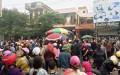 Hàng trăm người dân vây trụ sở công an phường Trường Sơn và UBND thị xã Sầm Sơn yêu cầu làm rõ vụ côn đồ nổ súng uy hiếp công dân. Ảnh: Lê Hoàng - vnexpress