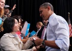 Một phụ nữ Trung Quôc trao tận tay tổng thống Obama lá thư nêu sự thật cuộc đàn áp Pháp Luân Công tại Trung Quốc.Nhìn thẳng vào mắt cô Gao, ông Obama đã nhận bức thư. (Ảnh: Đại Kỷ Nguyên)