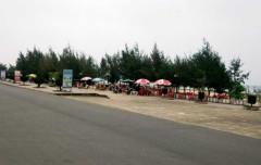 Bãi tắm Nhật Lệ, một bãi tắm nổi tiếng của Quảng Bình, trong mấy ngày qua vắng khách du lịch vì biển nhiễm độc. Ảnh: Hoàng Phúc – nld.com.vn