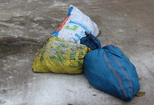Một số bì đựng cá hôi thối trên chiếc xe bị bắt giữ. Ảnh: Dũng Thắng - vnexpress.net