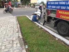 Một CSGT Đà Nẵng đã yêu cầu 2 sinh viên chép phạt thay thì thu tiền. Ảnh facebook