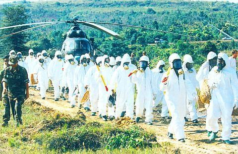 Đoàn công tác Campuchia kiểm tra tình hình khu vực Formosa bỏ chất thải ở Sihanoukville, các nhân viên phải trang bị đầy đủ dụng cụ chống độc Ảnh tư liệu: BAN