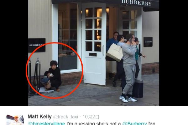 Trong hình là người phụ nữ Trung Quốc cho con đại tiện ngay trước một cửa hiệu nổi tiếng ở Anh (Ảnh: Twitter).