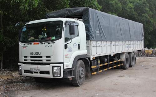 Chiếc xe chở 15 tấn cá hôi thối bị bắt. Ảnh: Dũng Thắng - vnexpress.net