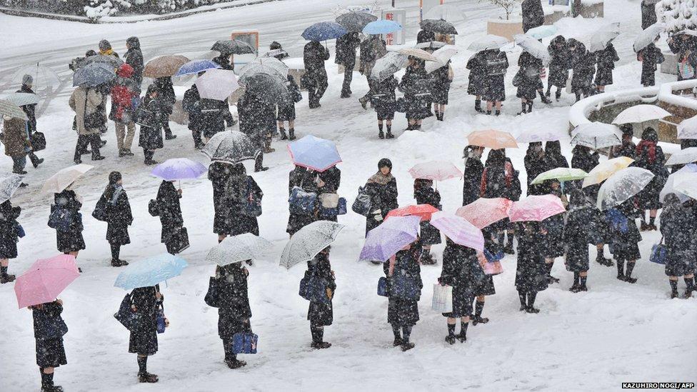 Dù trong giá rét của mưa tuyết, người Nhật vẫn xếp hàng trật tự. Ảnh duhochad