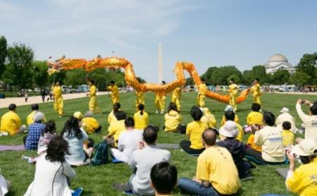 Một bộ phận học viên Pháp Luân Công tại Washington DC chúc mừng sinh nhật Sư phụ và chào mừng Ngày Pháp Luân Đại Pháp Thế giới (Ảnh: Lisha/Đại Kỷ Nguyên tiếng Trung).