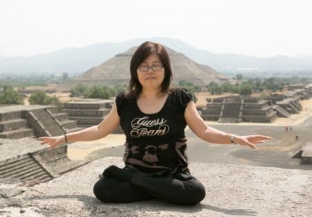 Bà Phạm Lâm Sa (Fan Linsha, 范琳莎) ngồi thiền trước miếu thần Mặt Trời nổi tiếng ở Mexico (Hình: Phạm Lâm Sa).