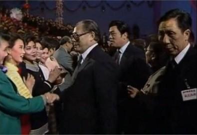 Năm 1990, bà Tống Tổ Anh (áo xanh lục) lọt vào mắt xanh của Giang Trạch Dân. (Ảnh: Internet)