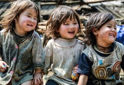 Theo nghiên cứu của Tổng cục Thống kê (Bộ Kế hoạch và Đầu tư), các tỉnh có tỷ lệ hộ nghèo cao cũng là các tỉnh có tỷ lệ dân số từ 5 tuổi trở lên chưa bao giờ đến trường lớn. Trong hình, trẻ em tại làng Sin Chải, Sapa, Lào Cai. (Ảnh: Biên Nguyễn/qua trover.com)