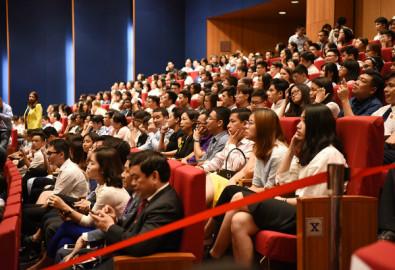 Nhiều sinh viên chăm chú nghe ông Obama phát biểu. Ảnh: Giang Huy - vnexpress.net
