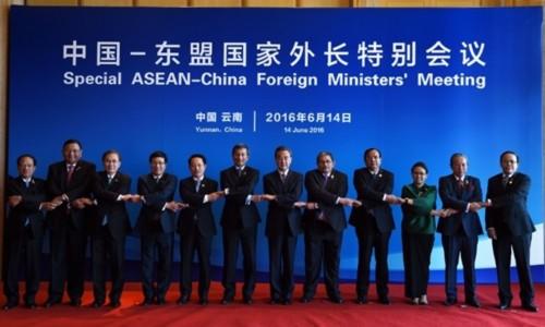 Bộ trưởng ngoại giao các nước ASEAN và Trung Quốc chụp ảnh tại Hội nghị đặc biệt Bộ trưởng Ngoại giao ASEAN Trung Quốc ngày 14/6. Ảnh:AFP.