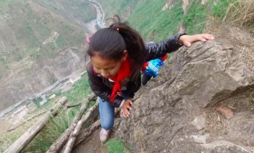 Phía dưới là vực thẳm, chỉ cần sơ xẩy là có thể rơi xuống thiệt mạng (Ảnh: Getty Image). Đường đến trường