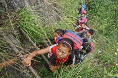 Quan chức địa phương cho biết, có 78 người đã bị rơi chết, còn người bị thương thì không tính hết (Ảnh: Getty Images). Đường đến trường