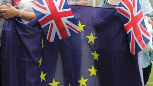 © Daniel Leal-Olivas / AFP | People hold Union Flags and the EU flag at an event organised by pro-Europe 'remain' in central London on June 19, 2016.
