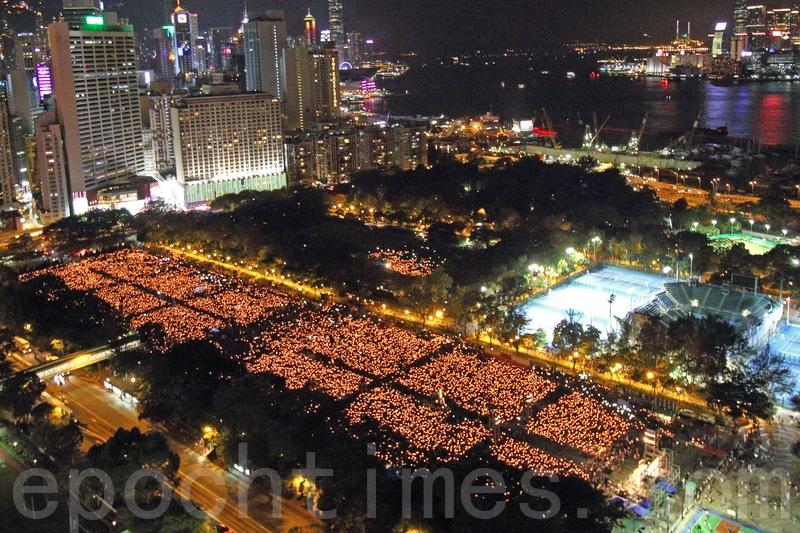 Tại công viên Victoria, Hồng Kông, người dân thắp hàng vạn ngọn nến tưởng nhớ những nạn nhân trong cuộc thảm sát Thiên An Môn 1989. (Ảnh: Đại Kỷ Nguyên)