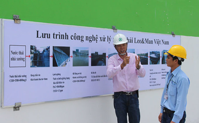 """Đại diện của Lee & Man giới thiệu hệ thống xử lý nước thải mà họ cho là """"hiện đại nhất"""" tại Nhà máy giấy Lee & Man, Hậu Giang - Ảnh: Tiến Trình"""