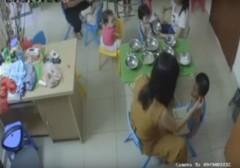 Cô giáo nhéo tai cháu 3 tuổi khi cho ăn. (Ảnh cắt từ clip)
