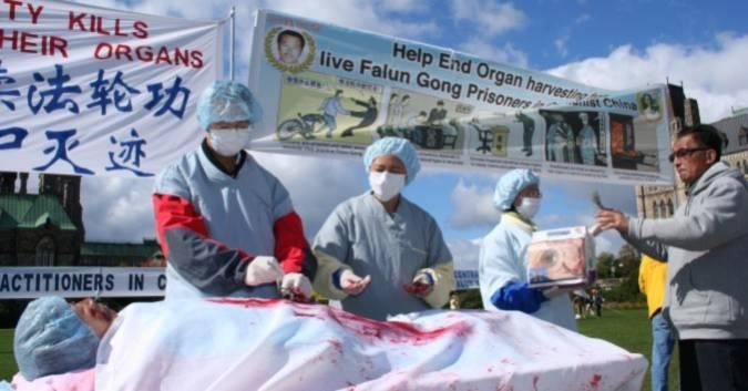 Hình ảnh tái hiện việc mổ cắp nội tạng ở Trung Quốc đối với các học viên Pháp Luân Công, trong một cuộc mít tinh ở Ottawa, Canada, năm 2008. (Ảnh: Đại Kỷ Nguyên)