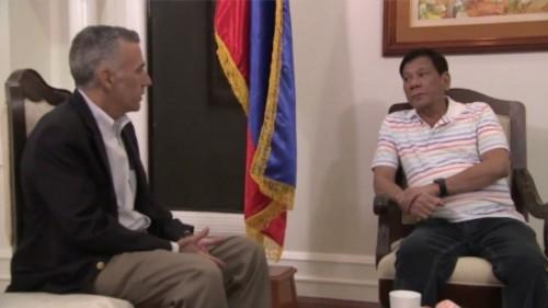 Đại sứ Mỹ và ông Rodrigo Duterte, tổng thống mới đắc cử của Philippines, trong cuộc gặp ngày 13/6. Ảnh: