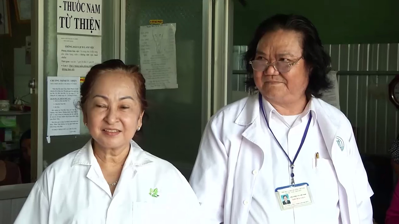 Vợ chồng lương y Lương Bình. Ảnh cắt từ video