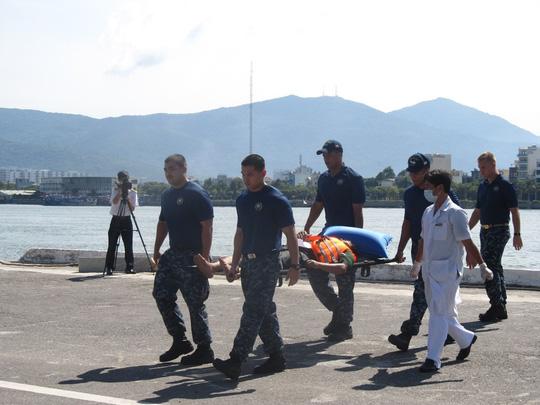 Lực lượng cứu hộ Hải quân Mỹ đưa nạn nhân về trại cứu thương. Ảnh nld.com.vn