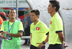 HLV Đinh Thế Nam (trái) tiếc nuối khi U16 Việt Nam đã dẫn 3-1 nhưng lại để thua trong trận chung kết. Ảnh: Đức Đồng