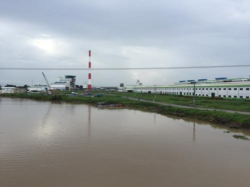 Sông Hậu ngày càng bị ô nhiễm do nhiều nhà máy mọc lên ven sông Ảnh: NGỌC TRINH - ảnh nld.com.vn