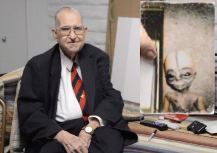 Hình ảnh ông Boyd Bushman (trái), cựu chuyên gia làm việc tại Area 51, bức ảnh chụp người ngoài hành tinh (phải) ở trung tâm này.