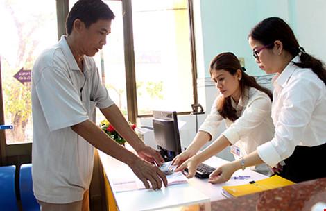 Bưu điện Sài Gòn đặt quầy giao dịch tại đơn vị trực thuộc Phòng CSGT đường bộ - đường sắt để thu hộ tiền phạt cho người dân. Ảnh: LÊ THOA - plo.vn