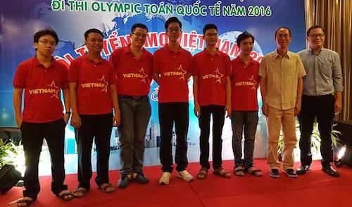 Đội tuyển Việt Nam tham dự Olympic toán học 2016 cùng thầy Lê Bá Khánh Trình (thứ 2 từ phải qua) và Lê Anh Vinh. Ảnh vnexpress.net