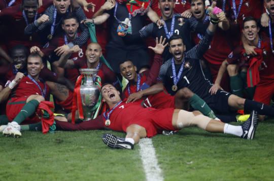 Riêng cá nhân Ronaldo chắc chắn sẽ nhận được Quả Bóng Vàng FIFA 2016 khi trong 2 tháng dành cú đúp Euro và Champions League