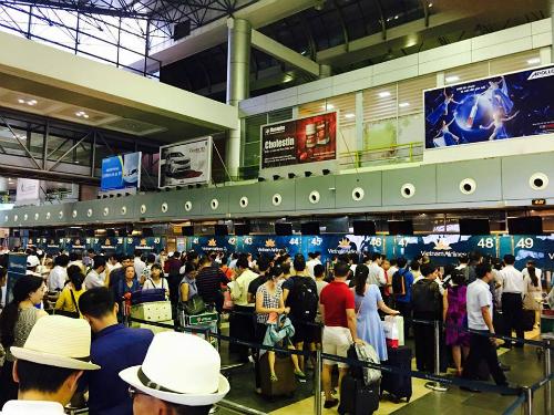 Các màn hình thông báo ở sân bay Nội Bài chiều nay đã tắt. Hành khách dồn ứ vì chưa thể làm được thủ tục bay. Ảnh: Hùng Sơn - vnexpress.net