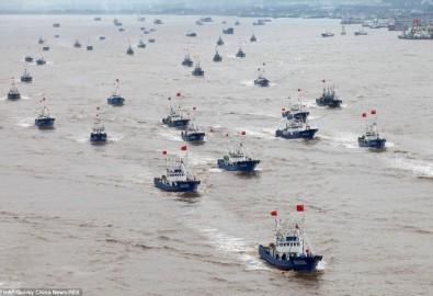 Số tàu cá Trung Quốc trong lần ra khơi lên đến hàng ngàn - Ảnh: Daily Mail