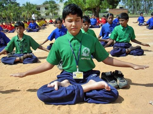 2016-7-18-minghui-india-students-meditation--ss.jpg