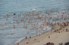 Bãi biển Mỹ Khê hàng ngày thu hút hàng nghìn người dân và du khách ra tắm biển. Ảnh: Nguyễn Đông - vnexpress.net