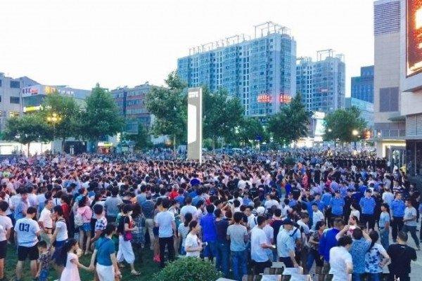 Hàng nghìn người dân ở thành phố Liên Vân Cảng xuống đường biểu tình hôm 8/8.