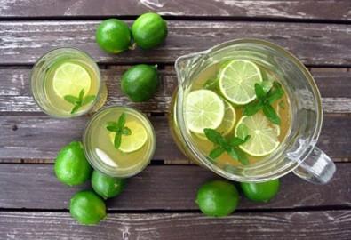 Uống nước chanh mỗi ngày là cách đơn giản nhất giúp hấp thu các hoạt chất có lợi từ chanh. (Ảnh: Internet)