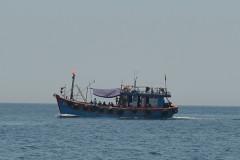 Ngư dân Quảng Bình đang đánh cá ngoài khơi thì phát hiện một tàu sắt vứt nhiều túi nylon xuống biển. Ảnh minh họa: Hoàng Táo - vnexpress.net