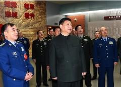 Tướng Lưu Á Châu bên trái Tập Cận Bình trong một cuộc thị sát vào tháng 3/2016.