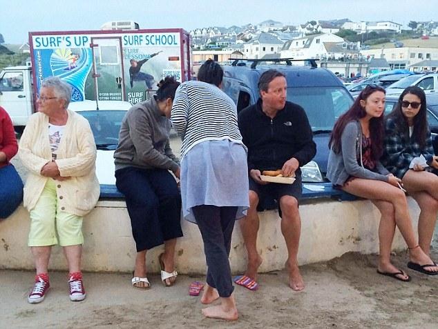 Hãy nhìn bức hình, bạn có nhận ra Thủ tướng Anh David Cameron không. Ảnh Daily Mail