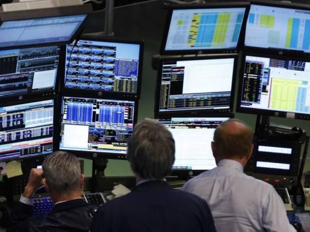 Thương nhân làm việc với thiết bị đầu cuối của Bloomberg trên sàn giao dịch NYSE