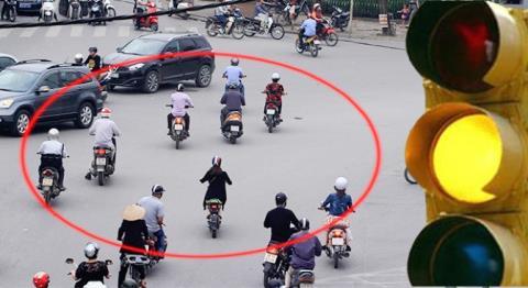 Nhiều chuyên gia và người dân cho rằng việc phạt vượt đèn vàng như đèn đỏ là chưa phù hợp. Ảnh baodatviet.vn